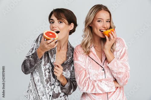 Dwie dziewczyny wesołej noszenia piżamy stałego