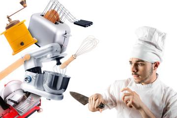 cuoco con coltello che si difende da utensili da cucina