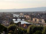 Ponte Vecchio, puente medieval sobre el río Arno en Florencia, Italia.