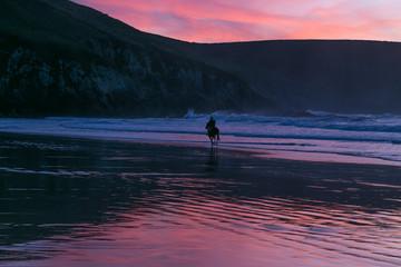 femme sur son cheval sur la plage soleil couchant en bretagne © Christophe