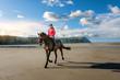 belle cavalière sur une magnifique plage