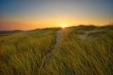 Sonnenaufgang - Fußweg durch die Dünen zum Strand