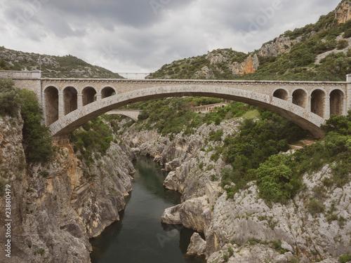 Obraz na płótnie Vue sur le nouveau pont sur l'Hérault succédant au vieux Pont du Diable au dessus des gorges de l'Hérault