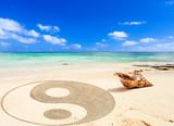 coquillage et symbole yin yang sur plage de l'île Maurice  - 238659279