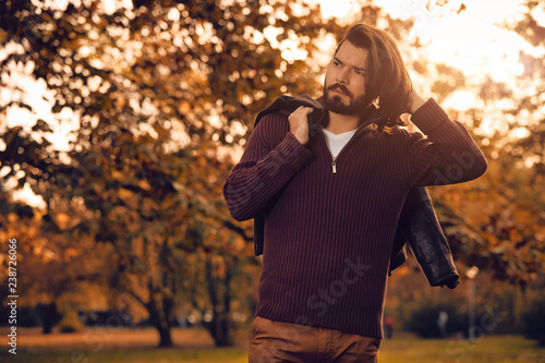 mata magnetyczna Man posing near tree in autumn colored park.