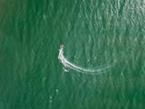 Fotografía aérea de una lancha en el mar de Coveñas, Sucre (Colombia)