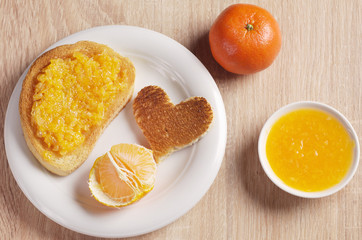 Roasted bread with tangerine jam and mandarin fruit