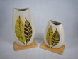 Leinwanddruck Bild - Zwei Vasen aus Ton mit Muster auf einem Holzbrett