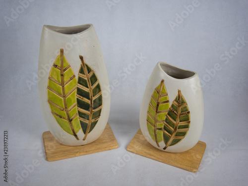 Leinwanddruck Bild Zwei Vasen aus Ton mit Muster auf einem Holzbrett