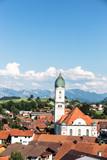 Kirche in Nesselwang, im Hintergrund die Allgäuer Alpen, Bayern, Deutschland.