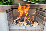 Holz Kohle Feuer Flamme im Grill - 239176296