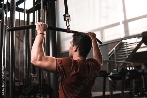 Młody człowiek fitness trening w siłowni
