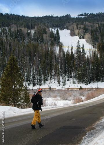 mata magnetyczna Skier Walking to a Mountain Ski Lift