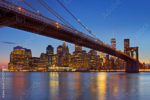 mata magnetyczna Brooklyn Bridge and New York City skyline at dusk
