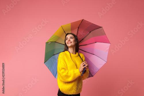 Rozochocona młoda kobieta jest ubranym pulower