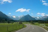 kurvige Landstraße von Rubi nach Oberstdorf. Frühlingslandschaft im Allgäu