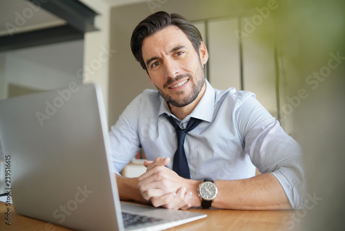 mata magnetyczna Relaxed attractive businessman working in modern office