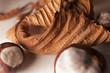 Suchy zasuszony liść kasztana i bulwy owoce kasztany jesień kompozycja makro