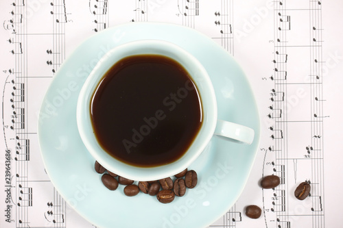 кофе ноты и сладости лежат на ярком фоне  - 239643686
