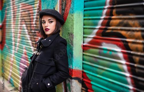 joven chica posa con graffiti