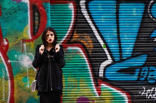 joven chica posa con graffiti - 239826677
