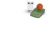 Gesunde Orange mit Waage und Glass seitlich