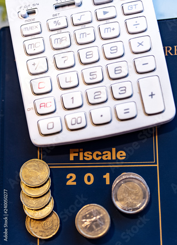 calcolatrice e monete in euro per questioni tributarie e fiscali - 240050277
