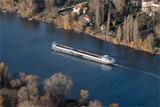 vue aérienne d'une péniche sur la Seine près de Meulan dans les Yvelines en France