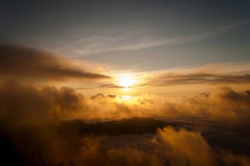 Der Sonnenaufgang über den Wolken in Phu Chi Fa - Thailand © marc