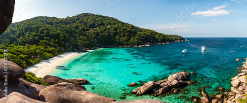 Leinwanddruck Bild Panorama of a beautiful tropical sandy beach and lush green foliage on a tropical island (Koh Similan)