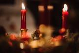 Besinnliche Weihnachtsdekoration mit brennenden Kerzen - 240538681