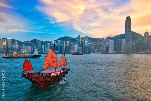 Leinwanddruck Bild Junk boat in Hong Kong Victoria Harbour