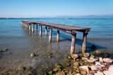Vecchio pontile di legno sul lago