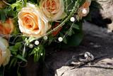Hocheits Ringe mit einem romantischen Blumenstrauß aus Rosen - 240767639
