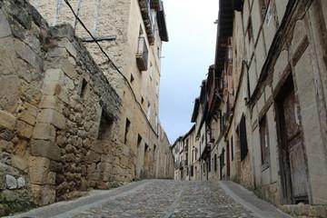 calle en ciudad de frias,las merindades,burgos,castilla y leon,españa