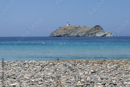 Wyspa z latarnią morską u wybrzeży Korsyki