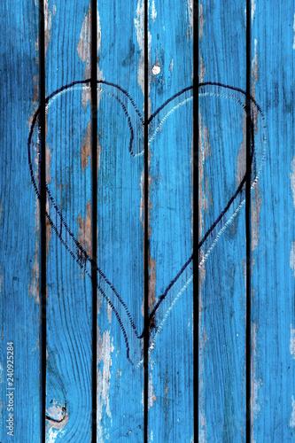 alte Holzwand - blaue Strandhütte mit eingeschnitztem Herz - 240925284