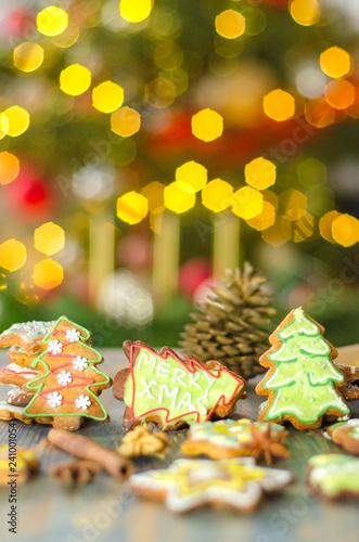 bożonarodzeniowe pierniki na tle świateł choinki © Darios