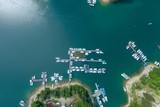 Przystań żaglówek na jeziorze solińskim. Zdjęcie lotnicze