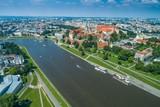 Zamek Królewski Wawel w Krakowie, nad rzeką Wisłą. Zdjęcie z drona