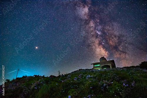 高原の天文台と天の川-3