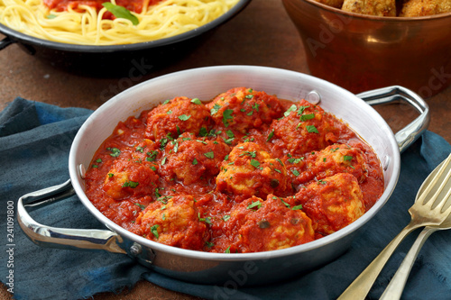 Leinwanddruck Bild pasta con Polpette polpette con pomodoro e fritte