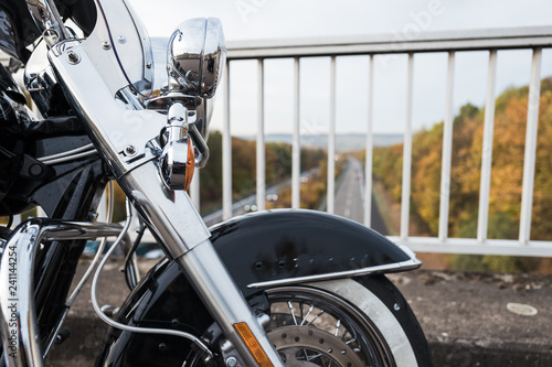 Motorradfahrer auf Autobahnbrücke