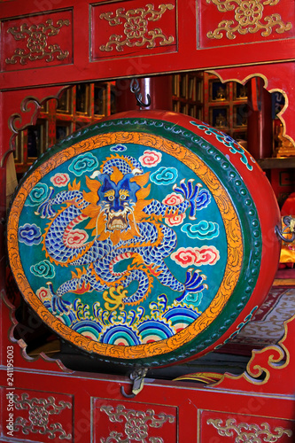 painting decorative pattern on the drum