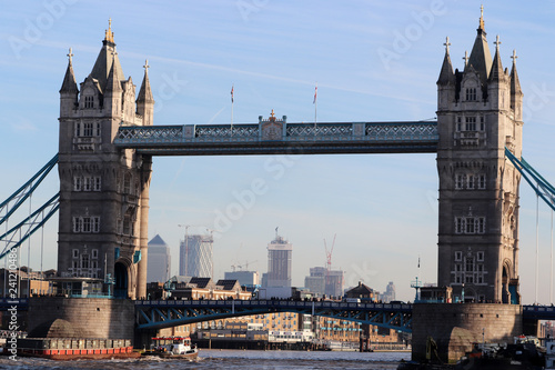 obraz PCV Un bateau sous Tower Bridge