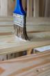 Handwerker lasiert Holz
