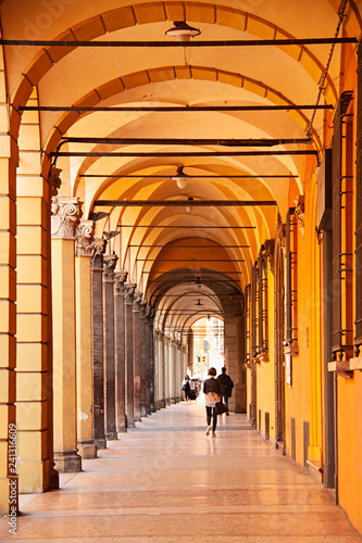 Columnas en soportales en Bolonia, Italia.