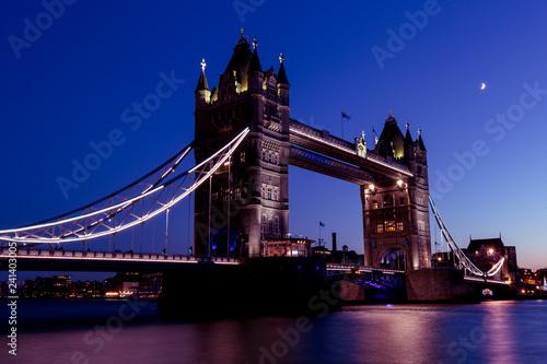 mata magnetyczna Tower Bridge London city skyline River Thames sunset night