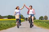 Freundinnen machen eine Radtour - 241441698