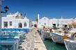 Leinwanddruck Bild - Die Hafenpromenade mit Restaurants und Tavernen direkt neben den Fischerbooten in Naousa, Paros, Kykladen, Griechenland